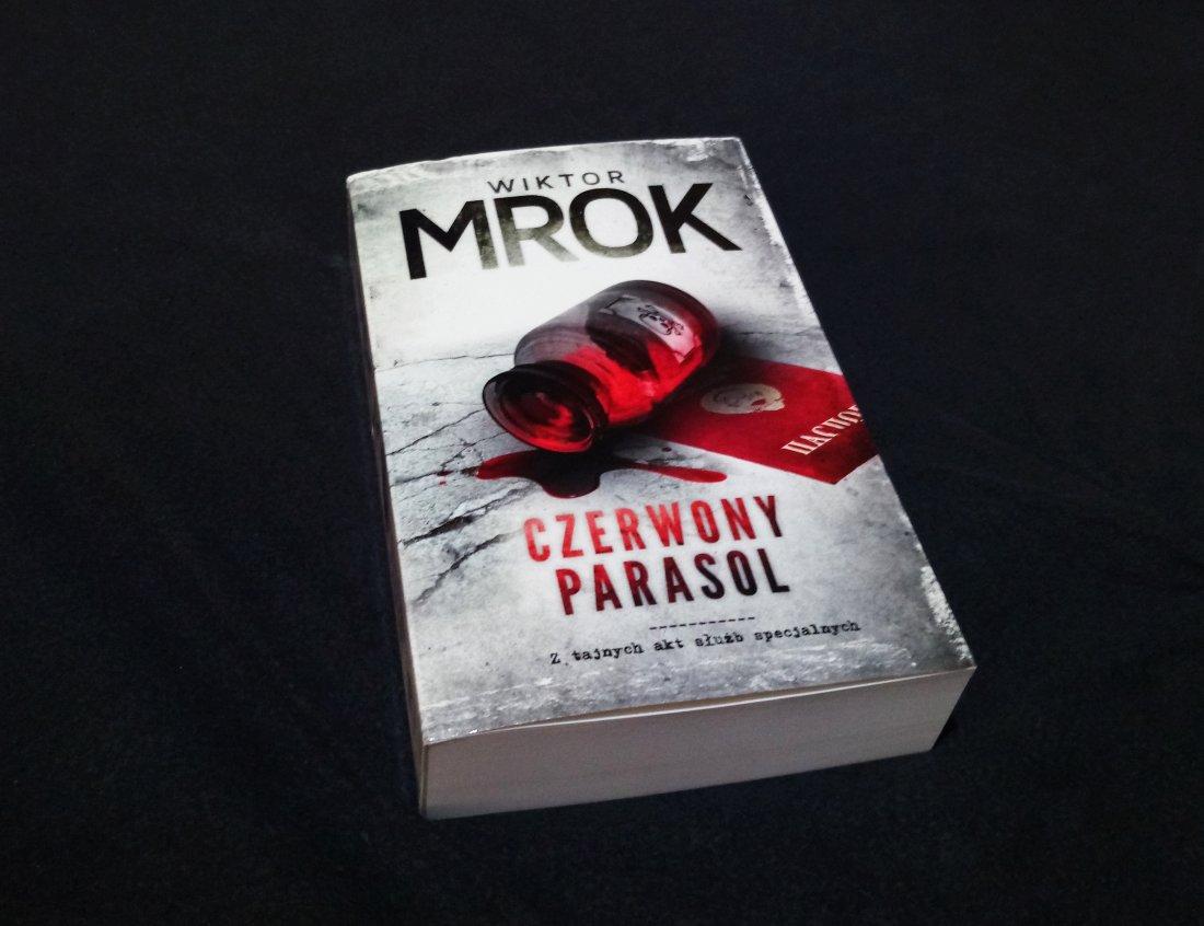 Czerwony Parasol – Wiktor Mrok